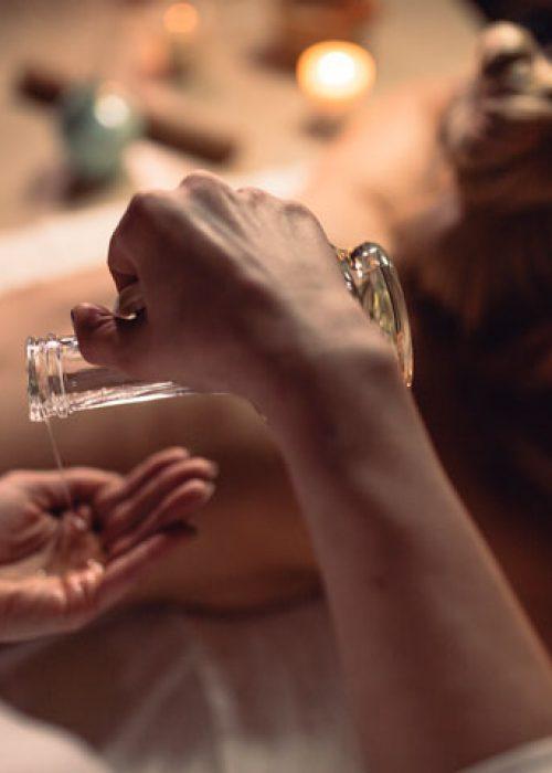 oil_massage_back_essential_oils_utama_spice_aromatherapy